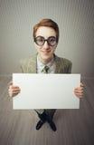 El empollón del hombre de negocios lleva a cabo una muestra en blanco Fotografía de archivo libre de regalías