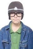 El empollón que mira al adolescente con los vidrios y el casquillo, pareciendo divertidos, es Imagen de archivo libre de regalías