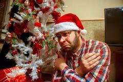 El empollón triste celebra la Navidad solamente Fotos de archivo libres de regalías