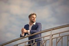 El empresario acertado del hombre de negocios en traje camina día soleado al aire libre, fondo del cielo Aspecto atractivo del ho fotos de archivo libres de regalías