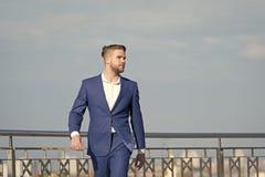 El empresario acertado del hombre de negocios en traje camina día soleado al aire libre, fondo del cielo Hombre confiado y prepar fotografía de archivo libre de regalías