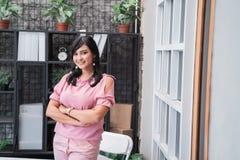 El empresario asiático hermoso cruzó el brazo fotos de archivo
