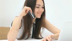 El empresario bonito de la muchacha hace una compra en línea almacen de video