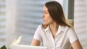 El empresario de sexo femenino pensativo joven trastornado descontento con el mún trabajo resulta almacen de video