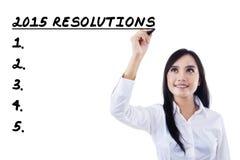 El empresario joven hace la lista de las resoluciones Imagen de archivo libre de regalías