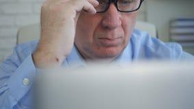 El empresario In Office Work usando un ordenador portátil hace cálculos financieros foto de archivo