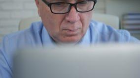 El empresario In Office Work usando un ordenador portátil hace cálculos financieros imágenes de archivo libres de regalías