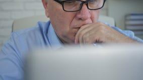 El empresario In Office Work usando un ordenador portátil hace cálculos financieros foto de archivo libre de regalías