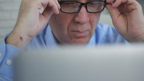 El empresario In Office Working con un ordenador portátil hace cálculos financieros imagenes de archivo
