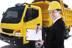 El empresario sostiene el tablero con el camión de reparto foto de archivo