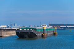 El empujar barge adentro el puerto fotografía de archivo libre de regalías