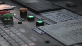 El empujar de dos botones verdes en el panel de control  almacen de metraje de vídeo
