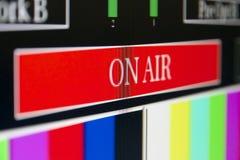 El En-aire firma adentro una sala de control de la televisión Imagenes de archivo