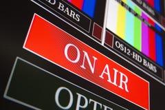 El En-aire firma adentro una sala de control de la televisión Imagen de archivo libre de regalías