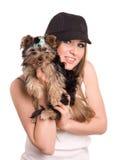 El encantar de la muchacha con el pequeño perro Foto de archivo