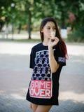 El encantar, muchacha del inconformista de la moda en verano viste la consumición del helado en un fondo urbano Concepto urbano d Fotos de archivo libres de regalías
