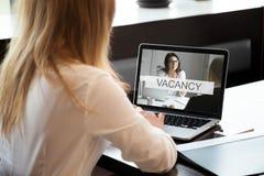 El encargado de la hora abre la vacante disponible de la compañía, oferta de trabajo en línea, cl fotografía de archivo libre de regalías