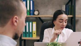 El encargado de la mujer contrata al nuevo empleado en oficina