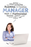El encargado de la mujer se está sentando delante de un ordenador portátil bajo emoción del trabajo Imagenes de archivo