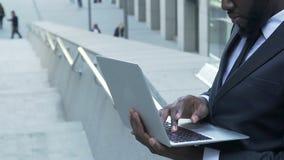 El encargado de la sociedad que hace final cambia al informe antes de la presentación, negocio almacen de video