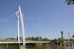 El encargado de llanos y de la opinión de Wichita Kansas del puente peatonal imagenes de archivo