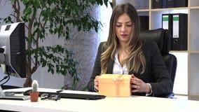 El encargado de sexo femenino recibi? un regalo de colegas almacen de metraje de vídeo