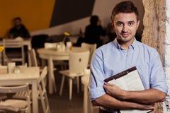 El encargado del pequeño restaurante Fotos de archivo