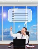 El encargado dice a clientes en el teléfono Imágenes de archivo libres de regalías