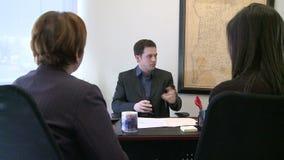 El encargado explica a miembros de equipo de las opciones almacen de metraje de vídeo