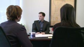 El encargado explica a miembros de equipo de las opciones almacen de video