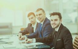 El encargado Finance y el equipo del negocio están trabajando con las cartas financieras en su escritorio Imagen de archivo