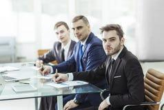 El encargado Finance y el equipo del negocio están trabajando con las cartas financieras en su escritorio Imagenes de archivo