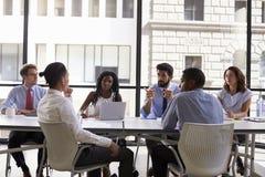 El encargado habla con los colegas en una reunión, cierre del negocio para arriba imagen de archivo libre de regalías