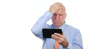 El encargado leyó malas noticias financieras en la tableta de tacto y gesticula decepcionado almacen de metraje de vídeo