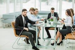 El encargado y el negocio combinan el trabajo con informes financieros en imagen de archivo libre de regalías