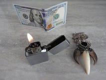 El encendedor abierto del metal con la llama en negro es fondo fotos de archivo libres de regalías