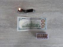 El encendedor abierto del metal con la llama en negro es fondo imágenes de archivo libres de regalías