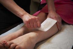 El encerar de la pierna Foto de archivo libre de regalías