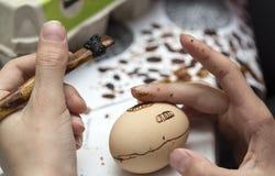 El encerar del huevo de Pascua Imagenes de archivo