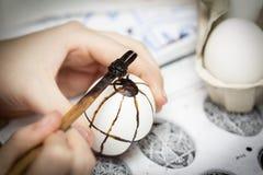 El encerar del huevo de Pascua Foto de archivo libre de regalías