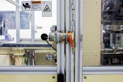 El enchufe de la seguridad en la puerta de la maquinaria de la máquina usada en tiempo de trabajo Fotografía de archivo libre de regalías