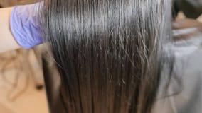 El enderezarse de la queratina y restauración del pelo Consolidación y tratamiento con el botox almacen de video
