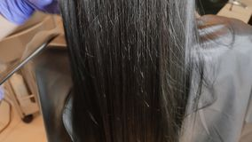 El enderezarse de la queratina y restauración del pelo Consolidación y tratamiento con el botox almacen de metraje de vídeo