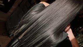 El enderezarse de la queratina y restauración del pelo Consolidación y tratamiento con el botox metrajes