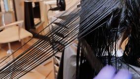 El enderezarse de la queratina y restauración del pelo Consolidación y tratamiento con el botox Bixplastia almacen de metraje de vídeo
