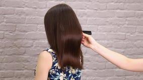 El enderezarse enfermo, cortado y sano del cuidado del cabello Antes y despu?s del tratamiento almacen de metraje de vídeo
