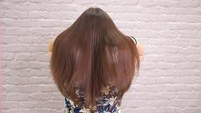 El enderezarse enfermo, cortado y sano del cuidado del cabello Antes y despu?s del tratamiento almacen de video