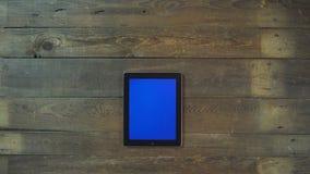 El enfoque hacia fuera da la tableta de Digitaces con la pantalla azul Fotografía de archivo