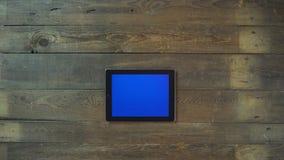 El enfoque hacia fuera da la tableta de Digitaces con la pantalla azul Imagen de archivo