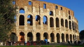 El enfoque hacia fuera ve Colosseum Roma almacen de metraje de vídeo